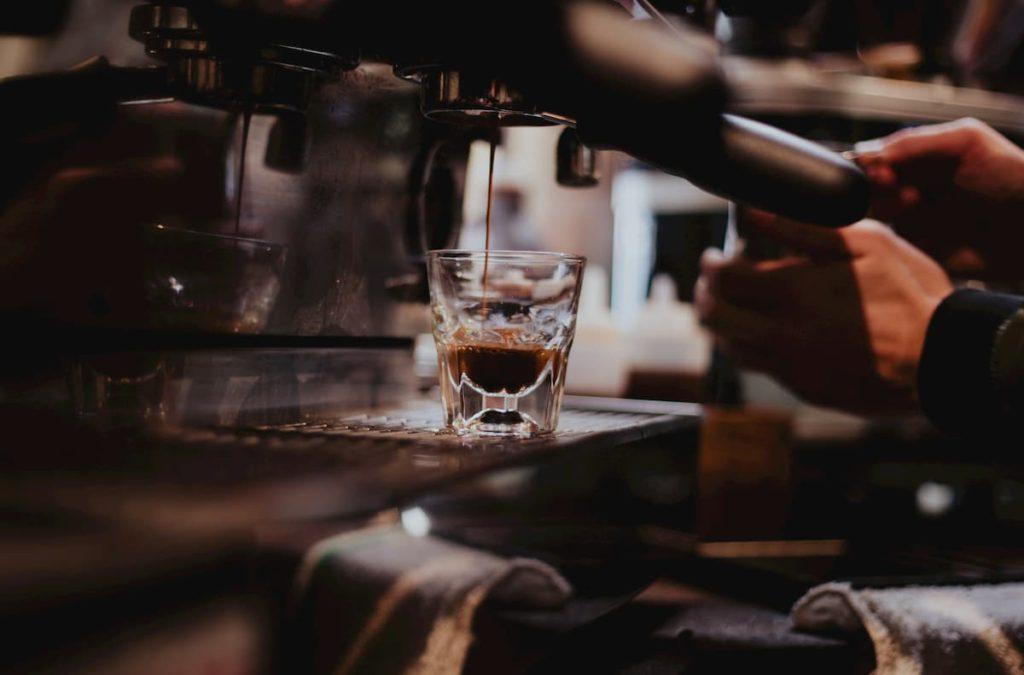 Πως να Γίνεις Εκατομμυριούχος κόβοντας απλά τον Καφέ!